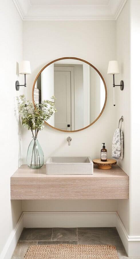 luminária de parede para banheiro pequeno decorado com bancada de madeira Foto Home Bunch