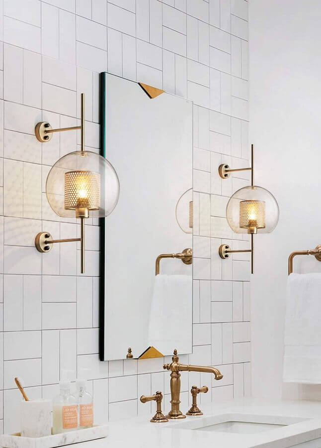 luminária de parede para banheiro todo branco decorado com detalhes em cobre Foto Tudo & Co