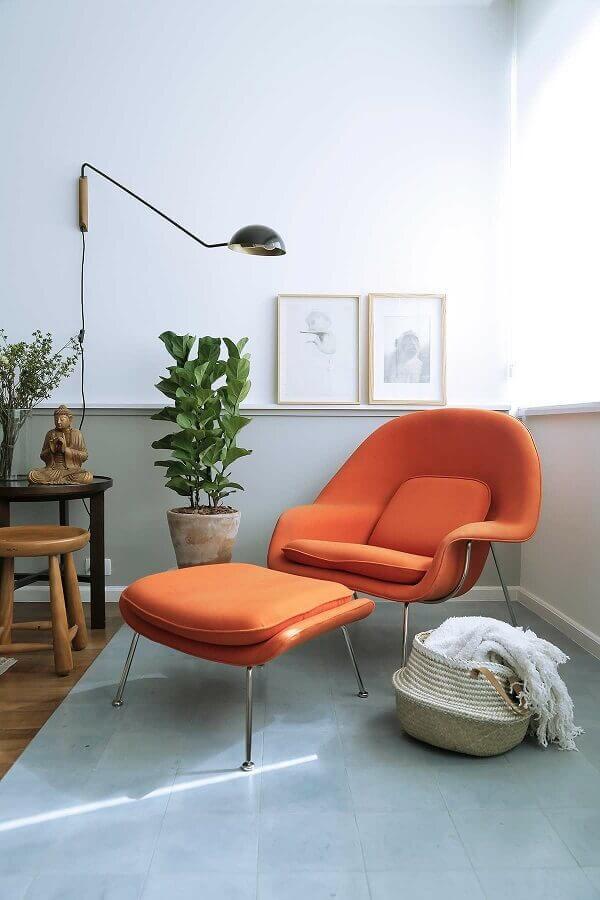 luminária de parede para cantinho de leitura decorado com poltrona laranja Foto Casa de Valentina