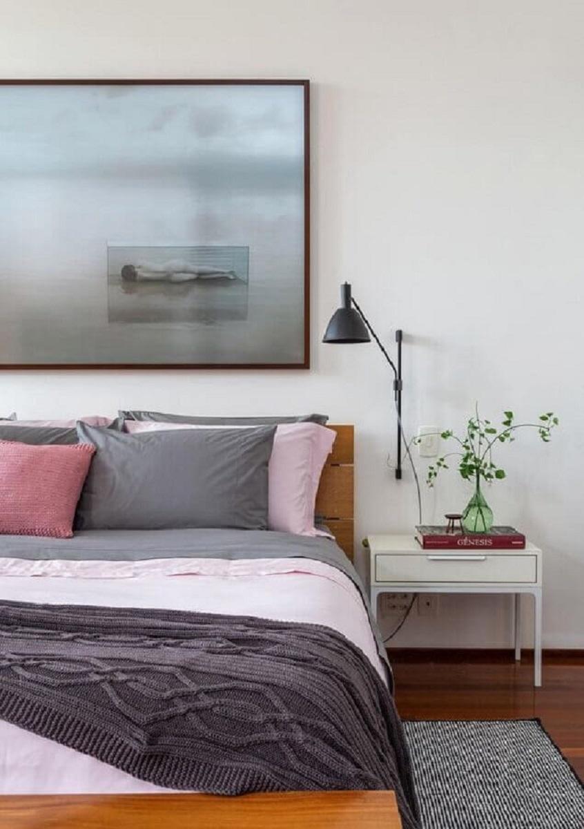 luminária de parede para quarto branco decorado com quadro grande Foto Histórias de Casa