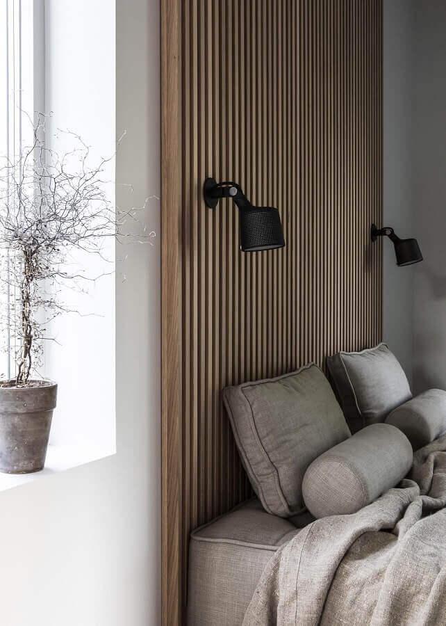 luminária de parede para quarto planejado com parede de madeira Foto Coco Lapine Design