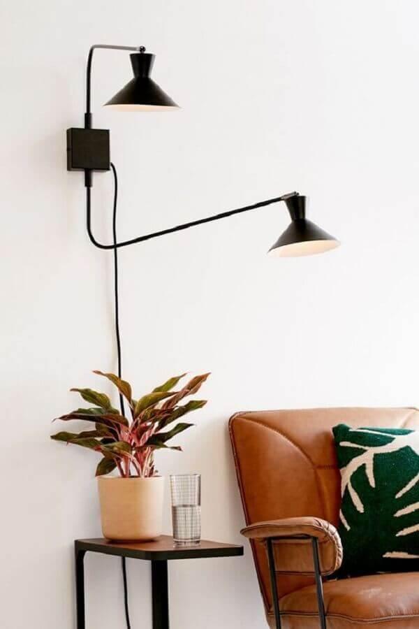 luminária de parede para sala branca decorada com sofá de couro Foto Urban Outfitters