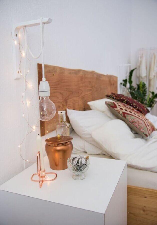 luminária de parede simples para quarto decorado com cabeceira rústica de madeira Foto Jeito de Casa