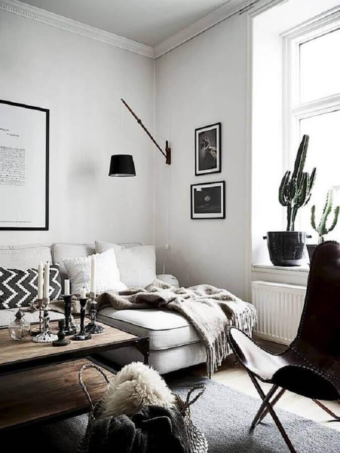 luminária decorativa de parede para sala clean decorada com confortável sofá com chaise Foto Editions de l'Arkhan