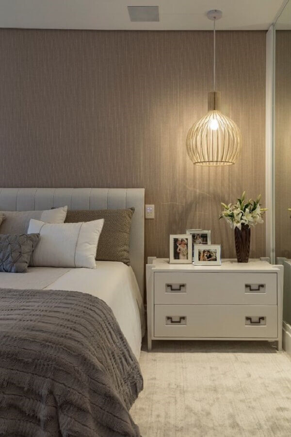 luminária pendente moderna para decoração de quarto bege e cinza  Foto Quartos Etc.