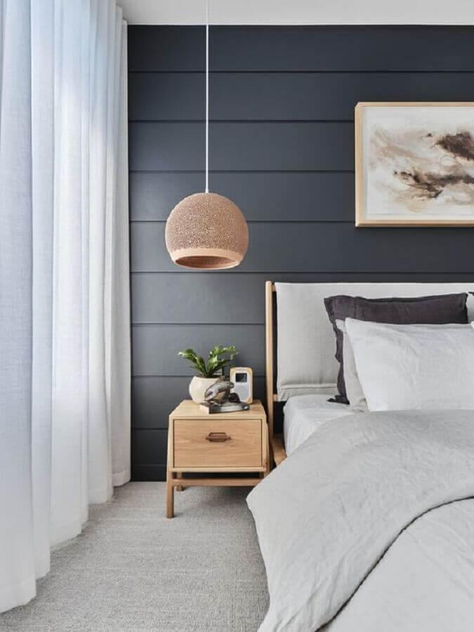luminária redonda para decoração de quarto com criado mudo de madeira pequeno  Foto The Designory