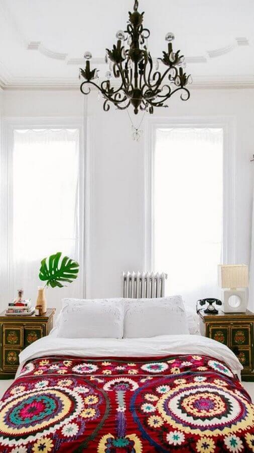 lustre candelabro para decoração de quarto de mulher pequeno todo branco Foto Apartment Therapy