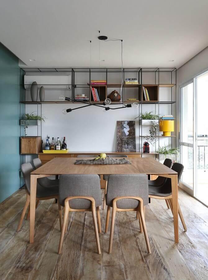 mesa com cadeira cinza para sala de jantar decorada com estante industrial Foto Futurist Architecture