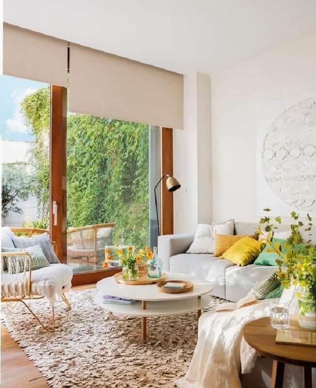 mesa de centro redonda branca para decoração de sala com tapete felpudo e almofadas coloridas Foto Editions de l'Arkhan
