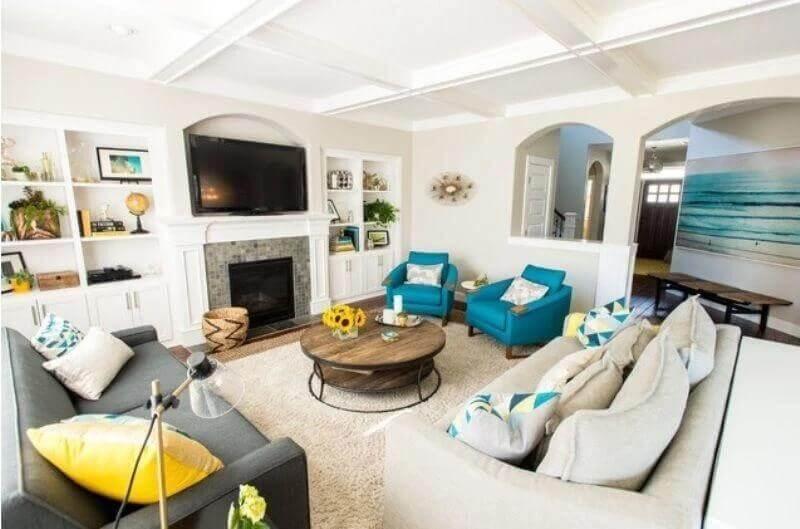 mesa de centro redonda de madeira para decoração de sala com poltronas azuis Foto Pinterest