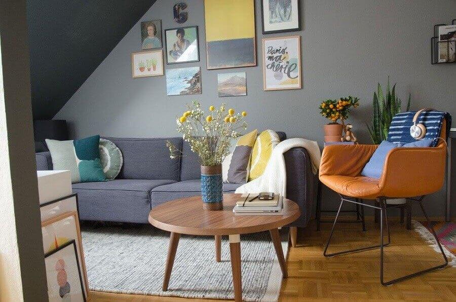 mesa de centro redonda de madeira para sala cinza decorada com poltrona de couro marrom Foto Houzz