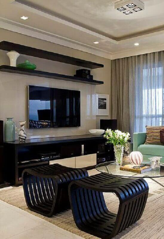 mesa de centro redonda de vidro para sala de TV decorada com puff preto moderno Foto Jeito de Casa