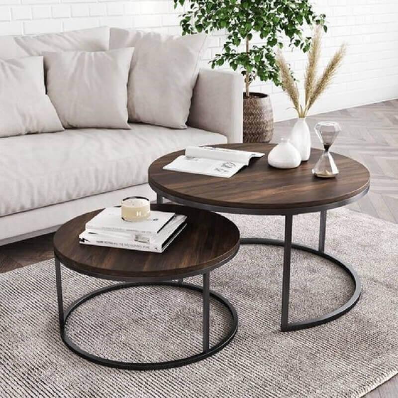 mesa de centro redonda dupla para decoração de sala com tapete cinza  Foto Pinterest