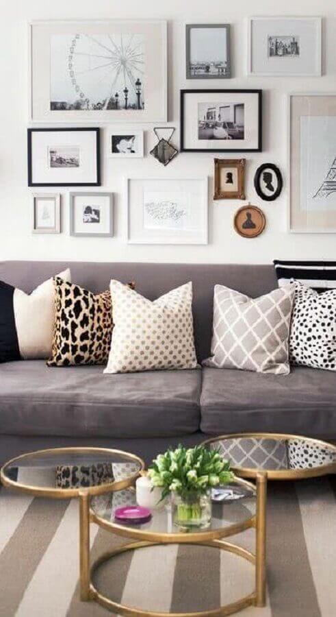 mesa de centro redonda espelhada para decoração de sala com sofá cinza Foto Pinterest