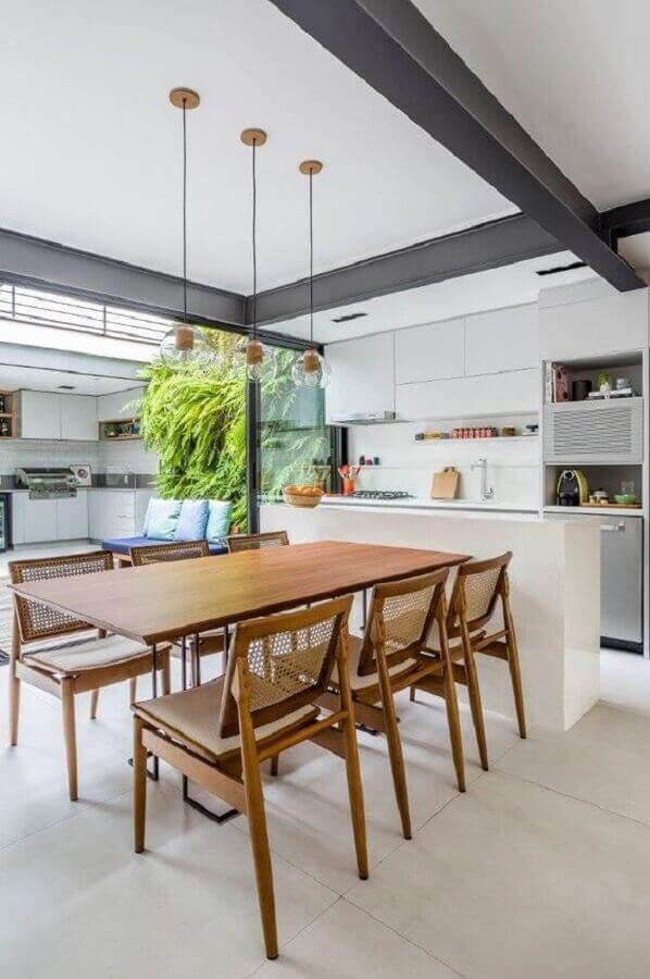 mesa de madeira para decoração de área gourmet moderna e clean Foto Decor Salteado