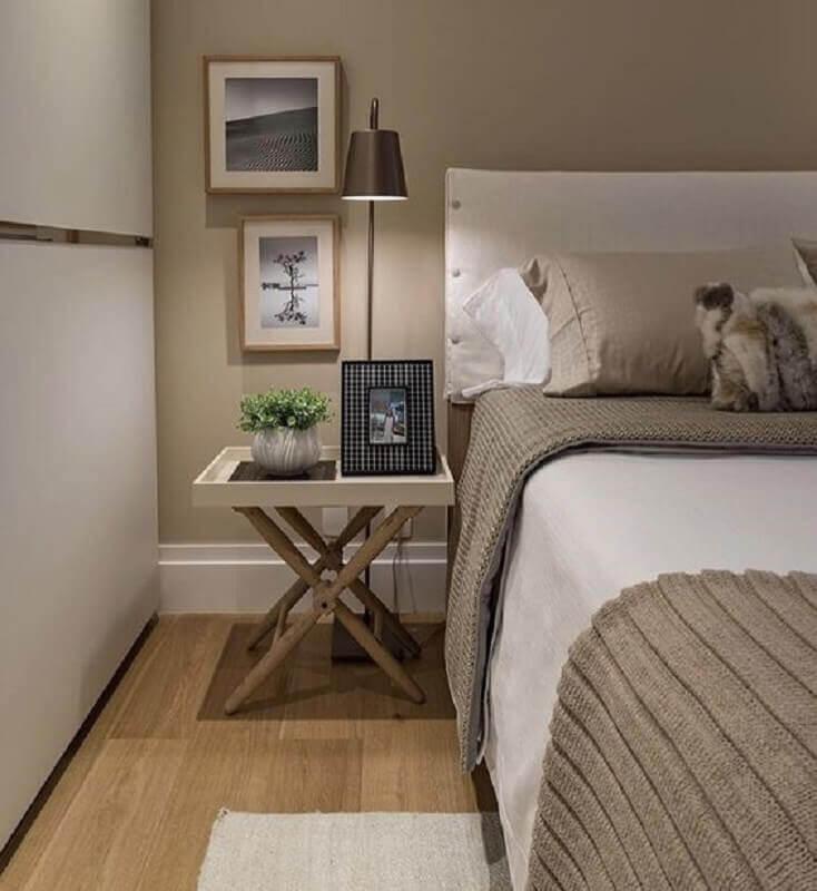 mesa lateral para decoração de quarto bege e cinza com cabeceira branca Foto Quartos Etc.