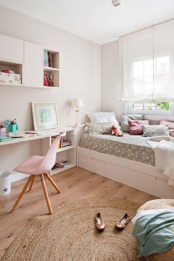 mesa para quarto de solteiro todo branco decorado com tapete redondo e bicama Foto Micasa Revista