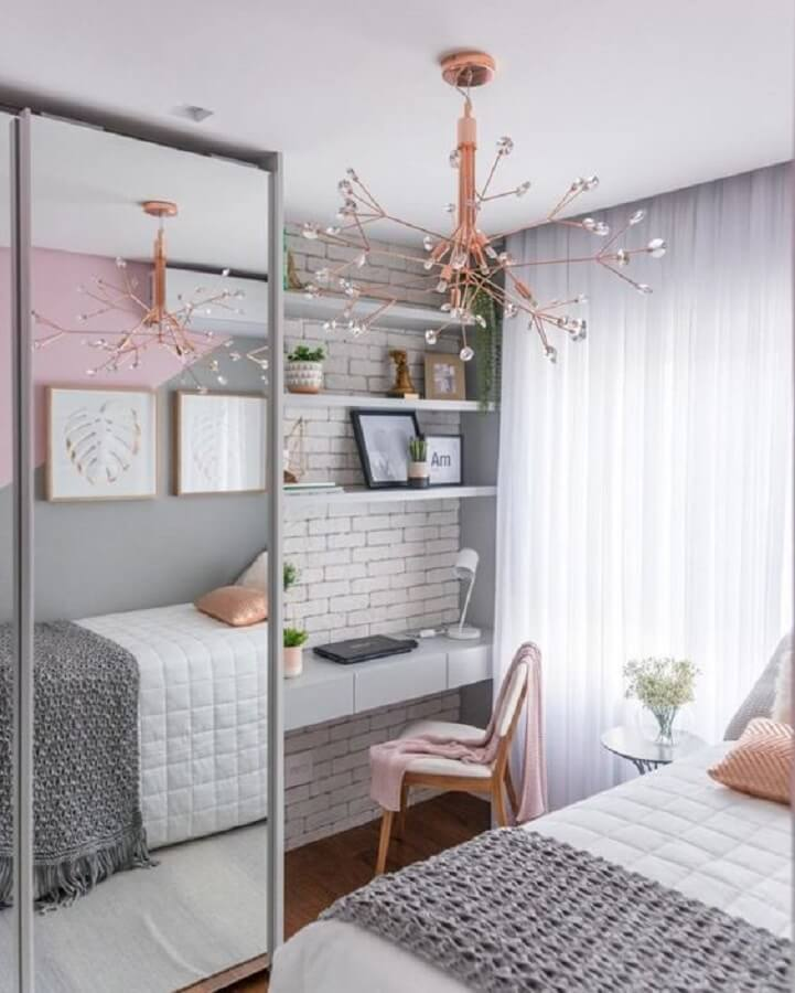 mesa para quarto feminino cinza e rosa decorado com lustre moderno e guarda roupa espelhado Foto Pinterest