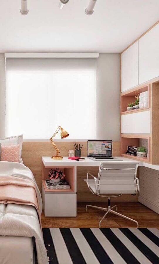 mesa para quarto feminino decorado com tapete listrado e armários planejados Foto Pinterest