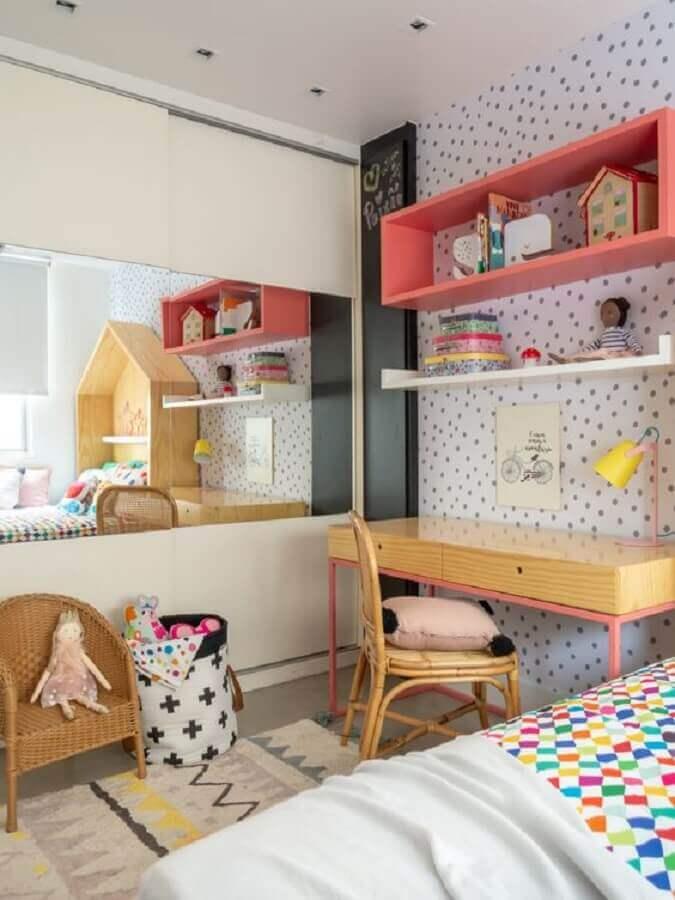 mesa para quarto infantil decorado com nicho rosa e papel de parede de bolinhas Foto Mimoo Toys