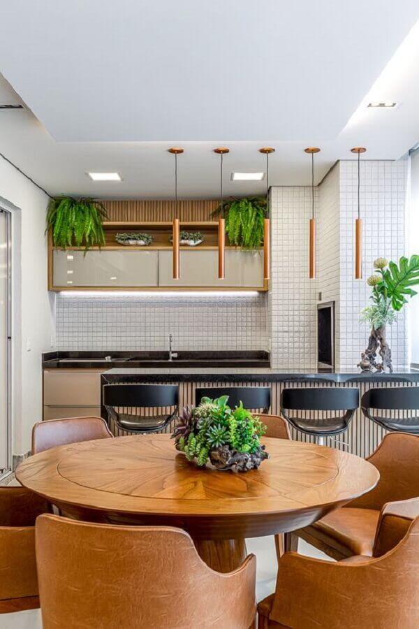 mesa redonda de madeira para decoração de área gourmet moderna com churrasqueira Foto RP Guimarães