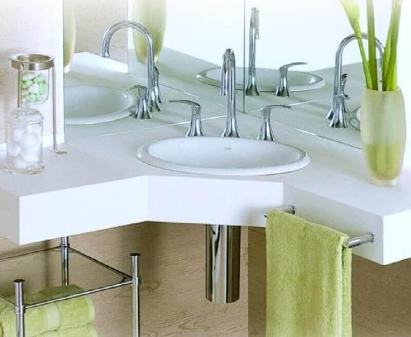 modelo de balcão de banheiro de canto com suporte para toalha Foto Pinterest