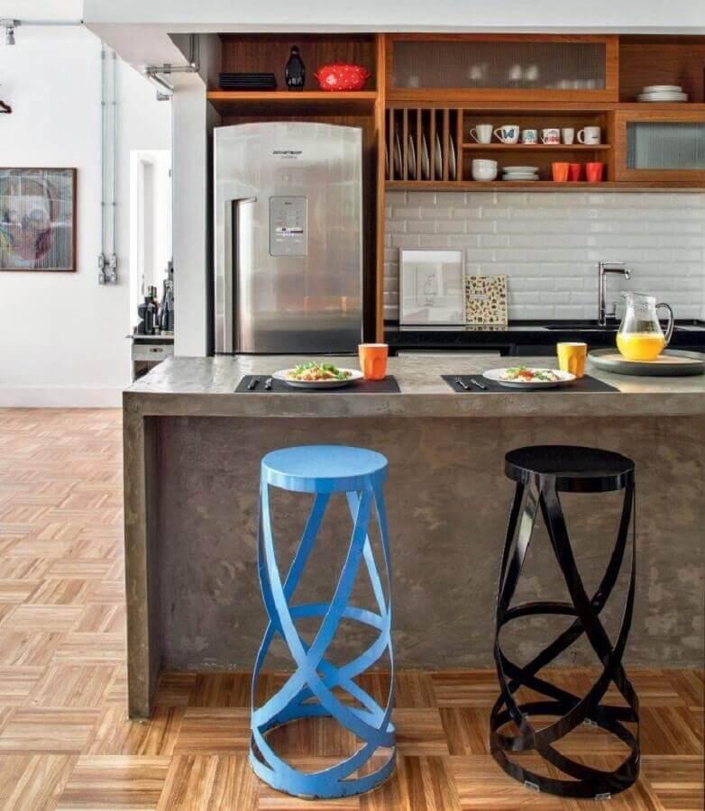 modelo de cozinha com balcão de concreto decorada com banquetas modernas Foto Decostore