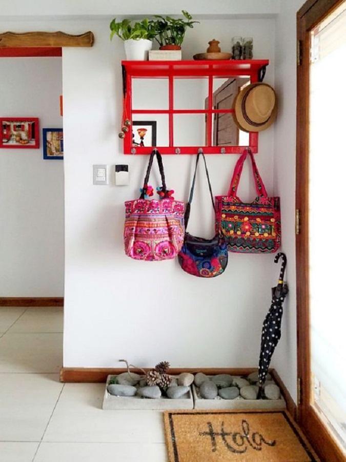 modelo diferente de cabideiro de parede vermelho para decoração de hall de entrada Foto Pinterest