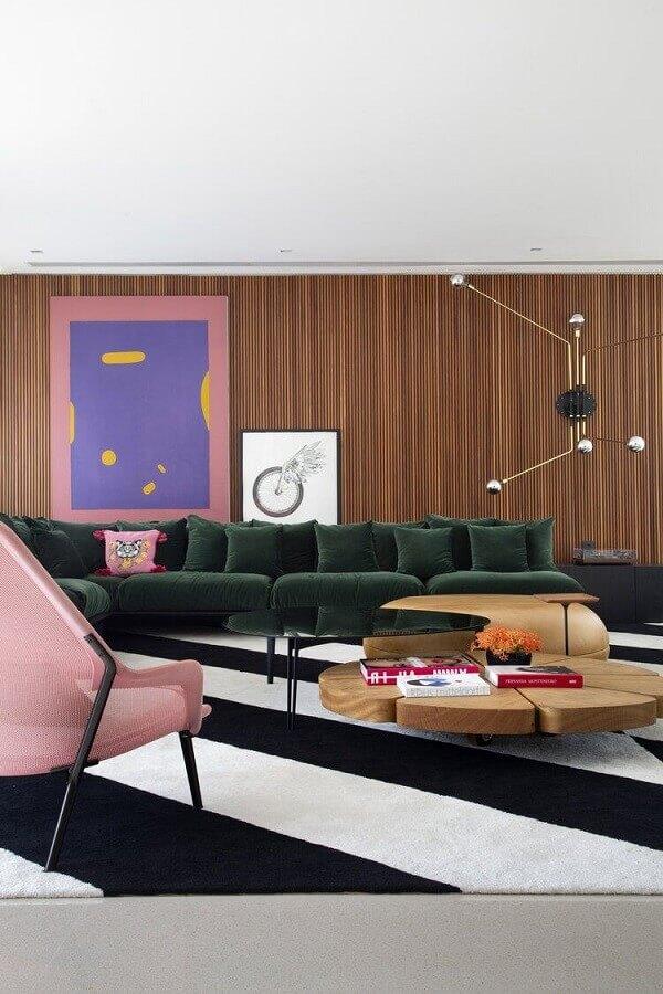 modelos de tapetes para sala moderna decorada com poltrona rosa e mesa de centro diferente Foto Casa de Valentina