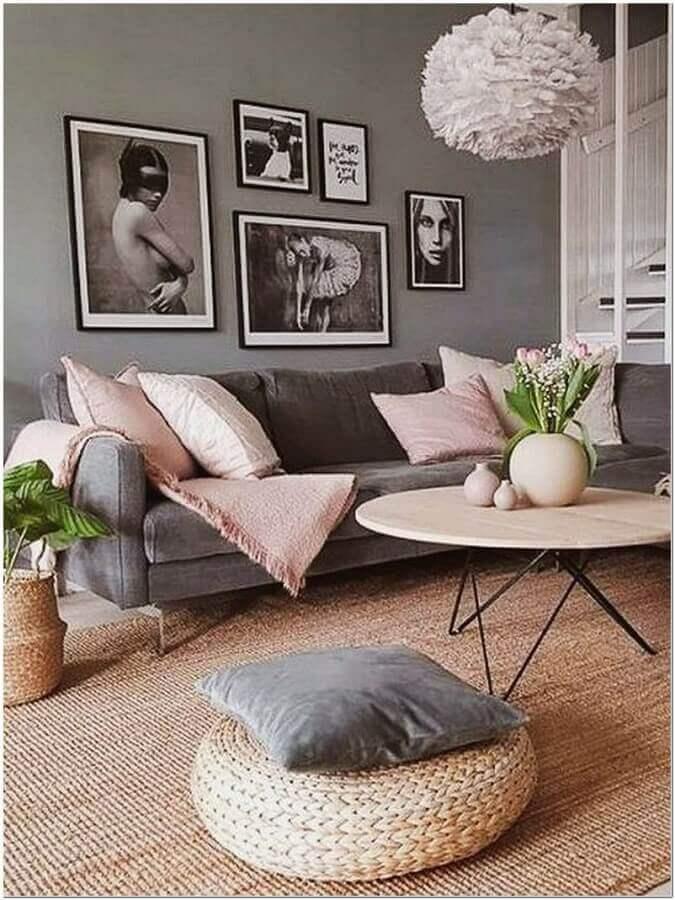 modelos de tapetes sisal para decoração de sala cinza com detalhes cor de rosa Foto A Casa Delas