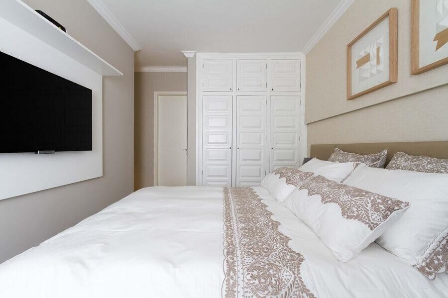 painel de TV para decoração de quarto de casal bege e branco Foto Bordin Soares