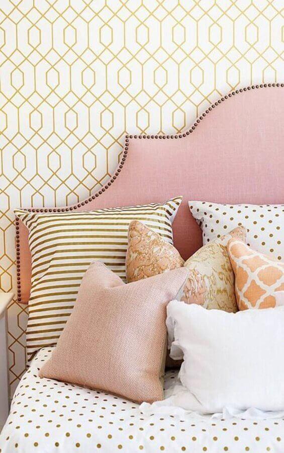 papel de parede delicado para decoração de quarto de mulher com cabeceira rosa estofada Foto Style Me Pretty