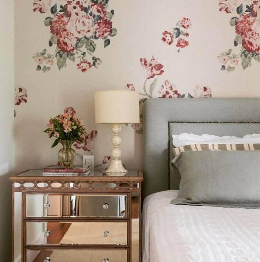 papel de parede floral para decoração de quarto de mulher com criado mudo espelhado Foto Pinterest