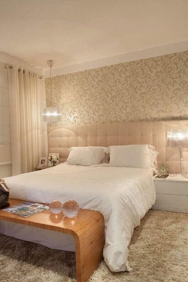 papel de parede para quarto bege decorado com banco de madeira e tapete felpudo Foto ArchiZine