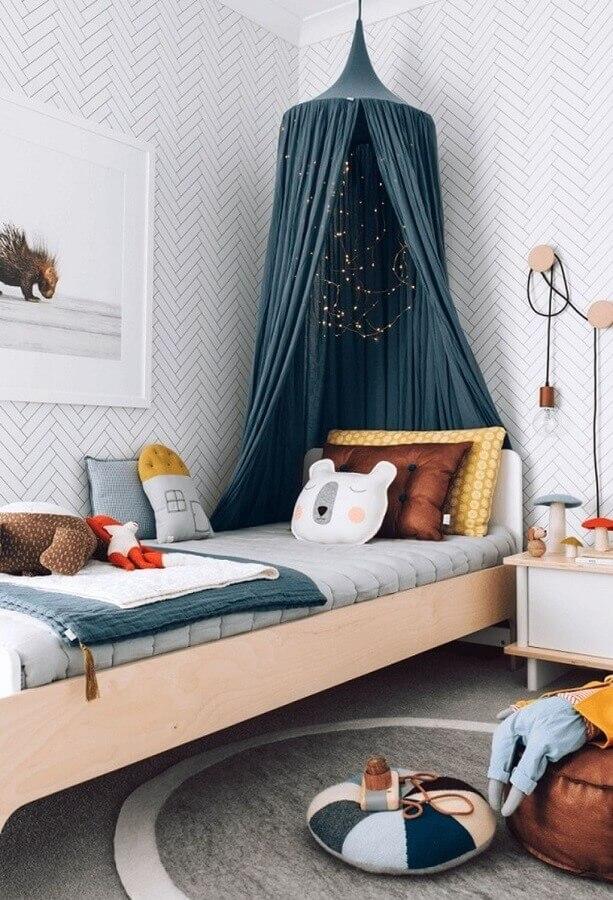 papel de parede para quarto feminino infantil decorado com cama de madeira e dossel Foto Mommo Design
