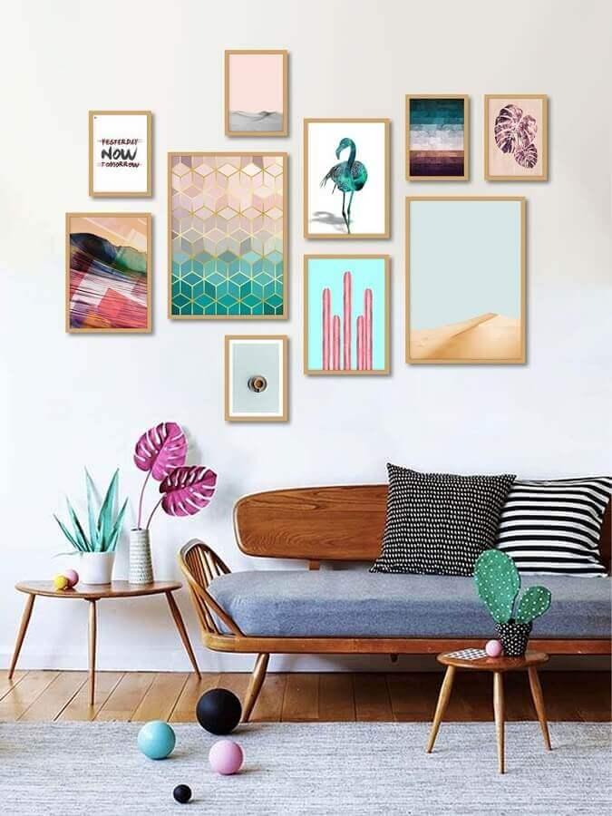 parede com quadros coloridos para sala branca decorada com sofá de madeira Foto Pinterest