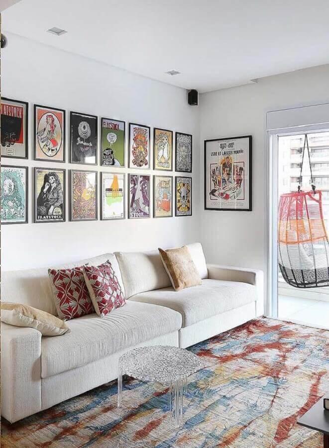 parede com quadros decorativos para sala branca decorada com tapete colorido Foto Futurist Architecture