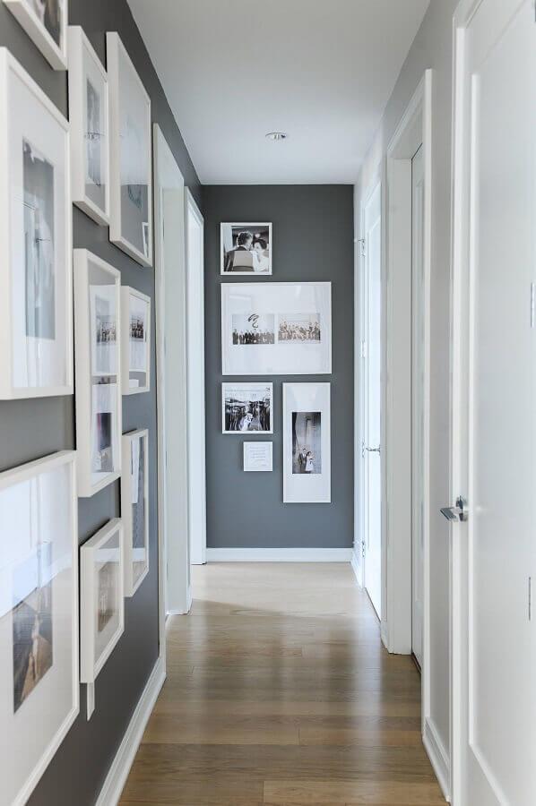 parede com quadros para decoração de corredor branco e cinza Foto Tecnisa