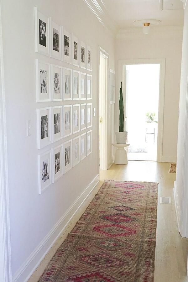 parede com quadros para decoração de corredor clean Foto A Beautiful Mess