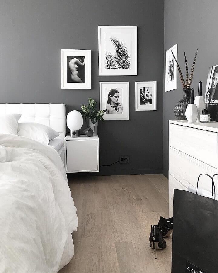 parede com quadros para decoração de quarto cinza e branco  Foto Assetproject