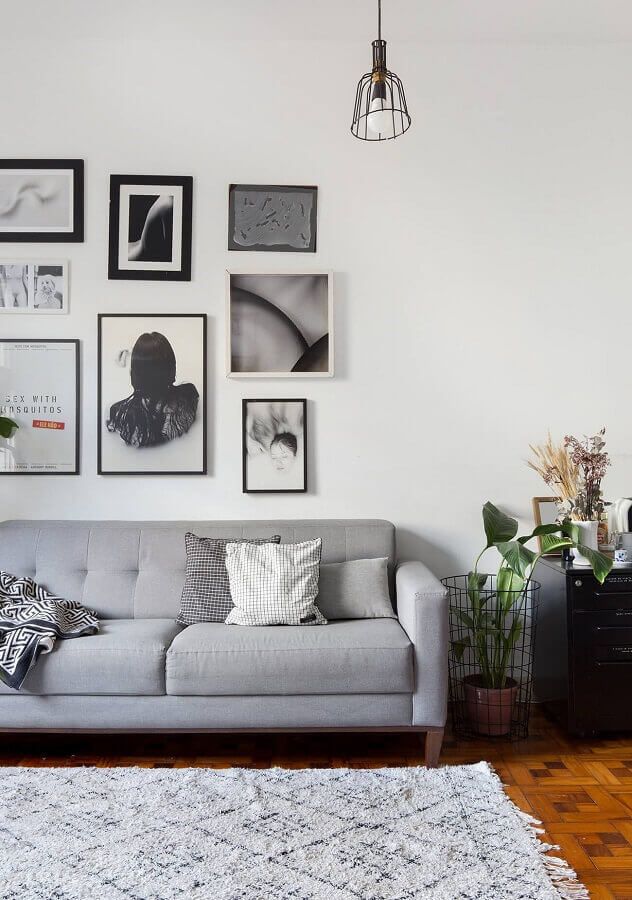parede com quadros para decoração de sala cinza e branca Foto Histórias de Casa