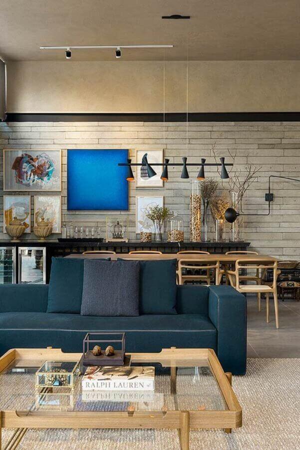 parede com quadros para decoração de sala de jantar integrada com sala de estar  Foto Futurist Architecture