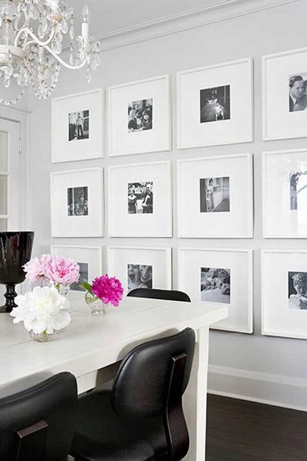 parede com quadros para decoração de sala de jantar toda branca  Foto We Heart It