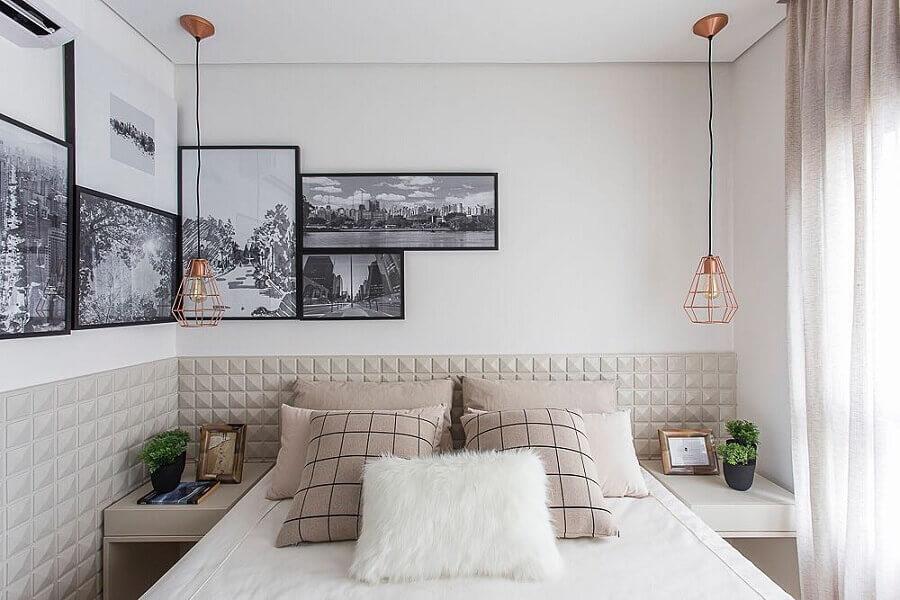 parede com quadros para quarto pequeno decorado com revestimento 3D Foto Assetproject