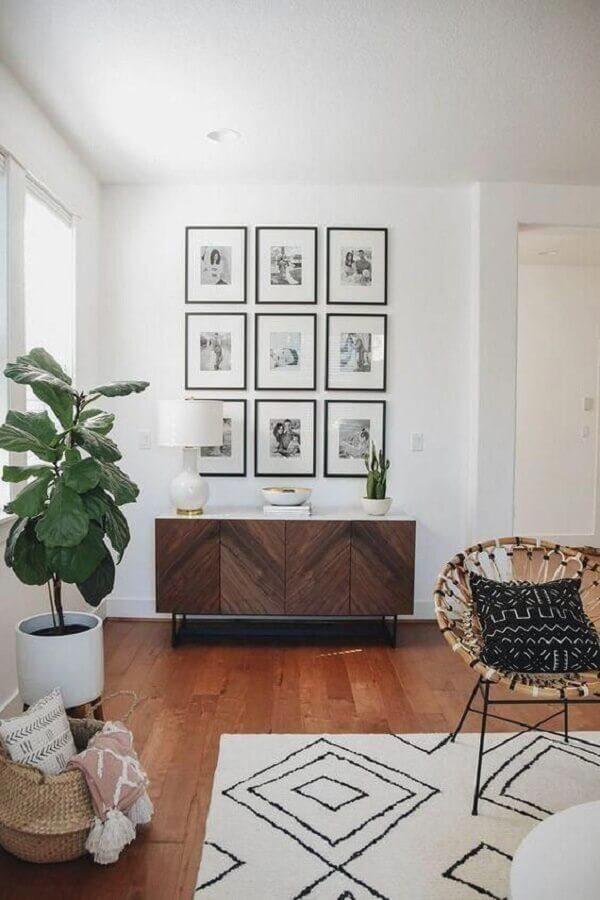 parede com quadros para sala branca decorada com buffet de madeira Foto Article