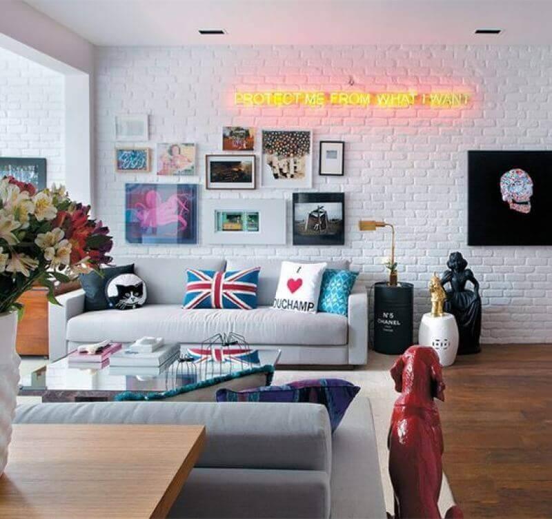 parede com quadros para sala branca decorada com parede de tijolinho Foto Só Decor