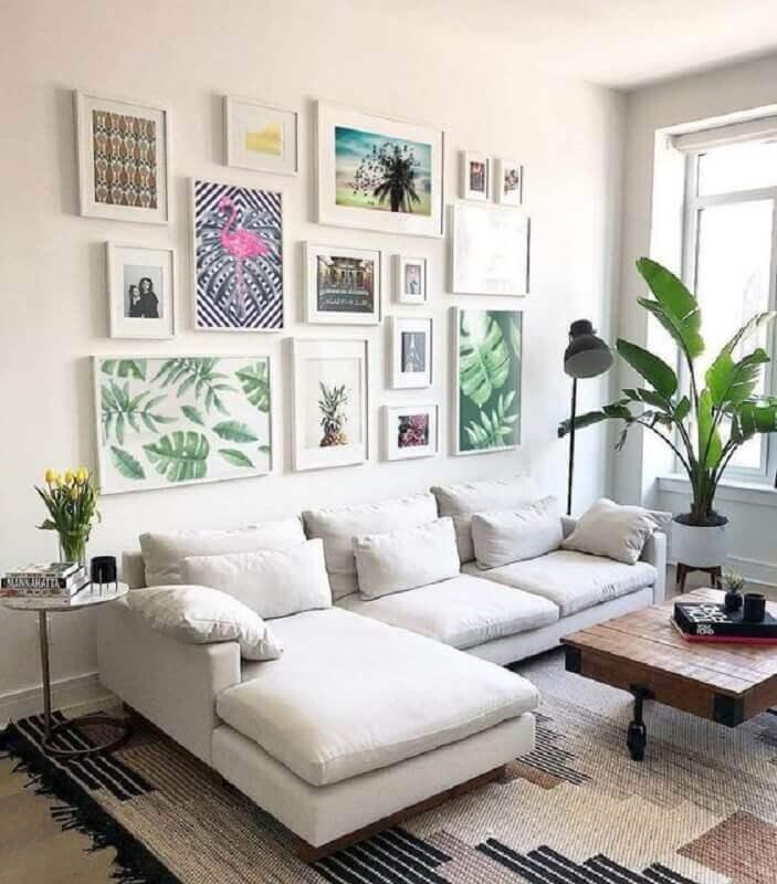 parede com quadros para sala branca decorada com sofá com chaise  Foto Jeito de Casa