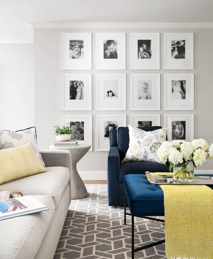 parede com quadros para sala cinza moderna decorada com poltrona azul  Foto Elle Decor