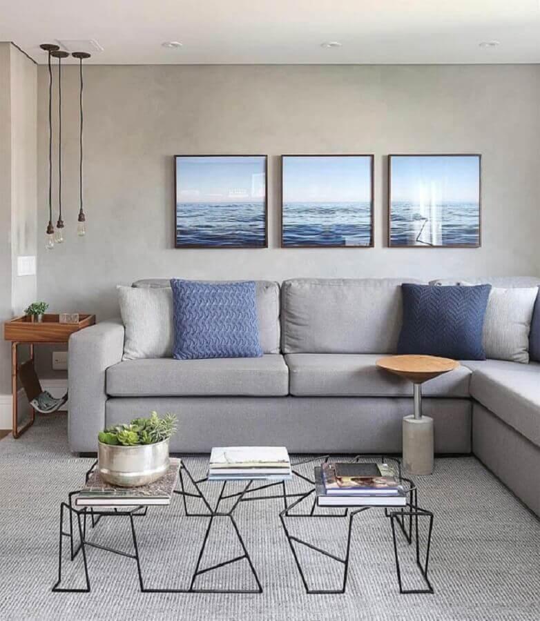 parede com quadros para sala cinza moderna decorada com sofá de canto  Foto Pinterest