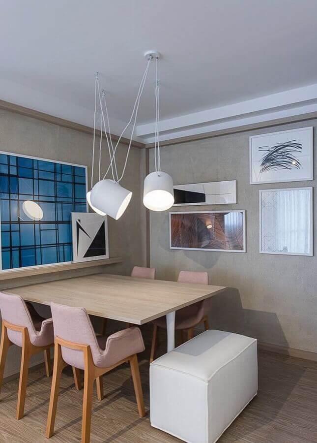 parede com quadros para sala de jantar decorada com parede de cimento queimado  Foto Jeito de Casa